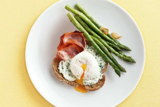 poached-eggs-with-bacon-asparagus-herbed-ricotta-91411-1
